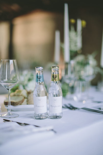 bottiglie di acqua tonica con etichetta segnaposto