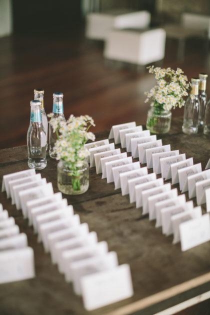 allestimento su tavolino di cavalieri cartacei con nome invitati