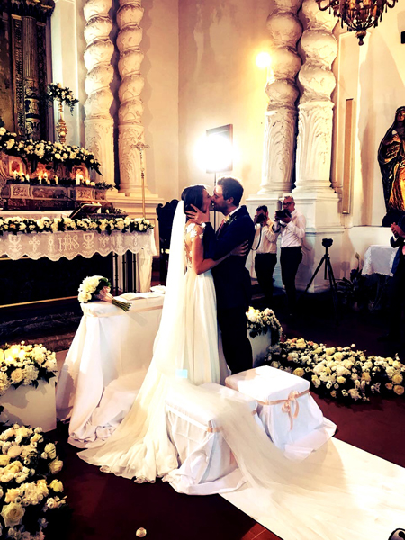 bacio sposi Viviana e Luca in chiesa Santa Caterina Taormina